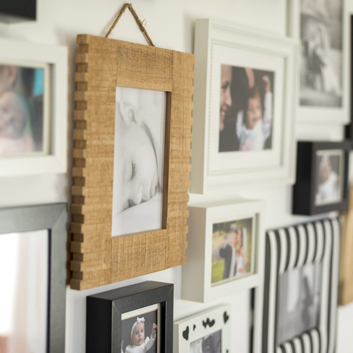 Feature Wall Ideas for Living Room: Display Your Snaps