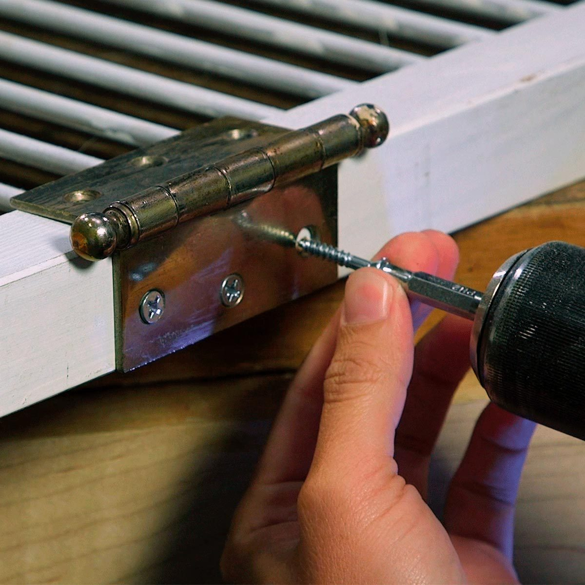 privacy screen screw hinges to middle door