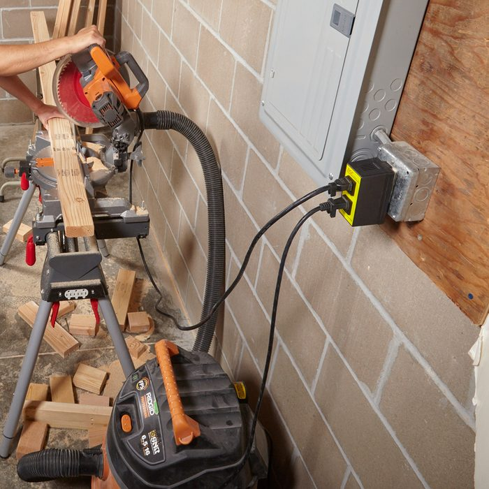 Vacuum and saw hooked up to the same switch   Construction Pro Tips