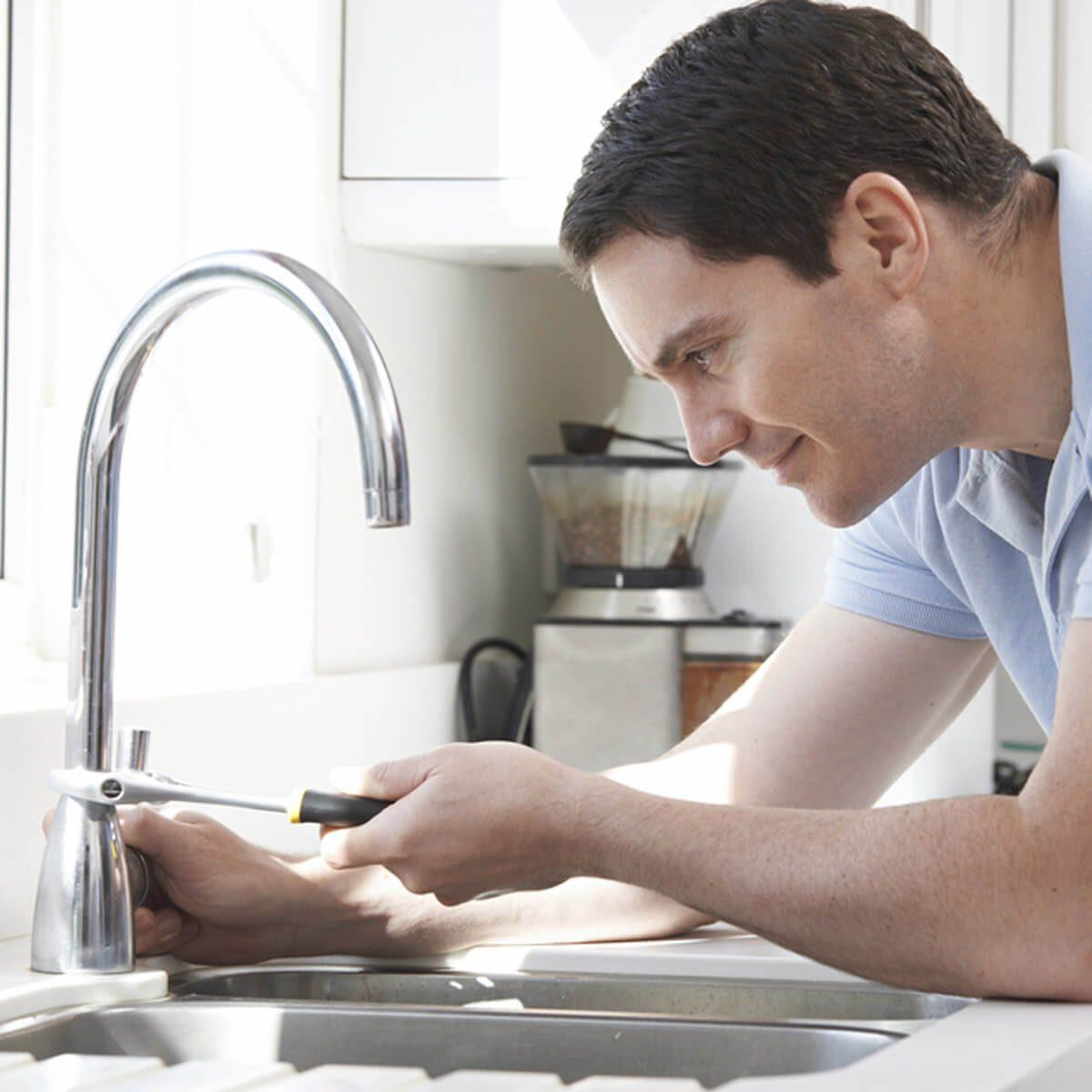 shutterstock_227581678 fix a leaky faucet kitchen sink