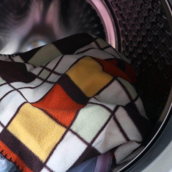 shutterstock_599344145 wash blankets laundry