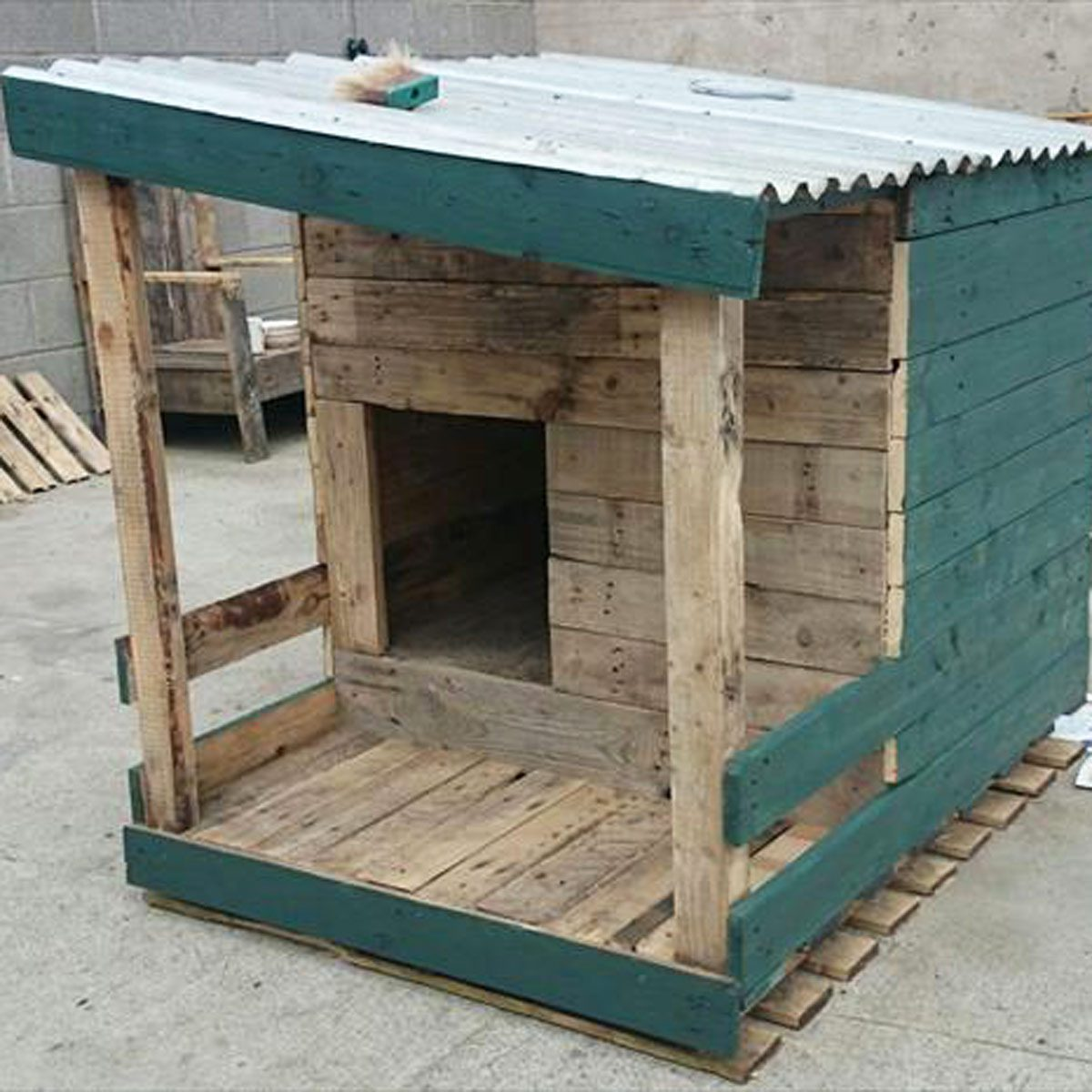dog-house-built-from-pallet-wood