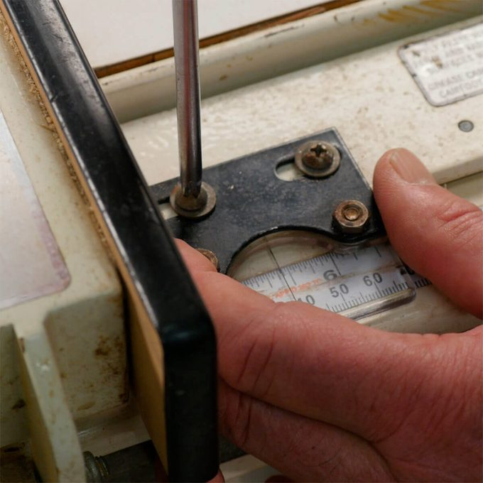 set fence on table saw with ripping scale