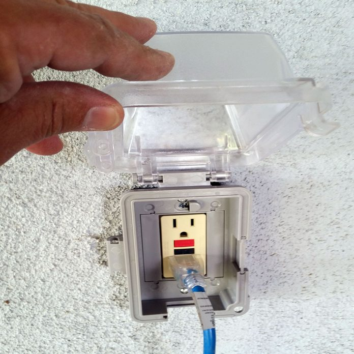 Installing the cover on an outdoor outlet | Construction Pro Tips