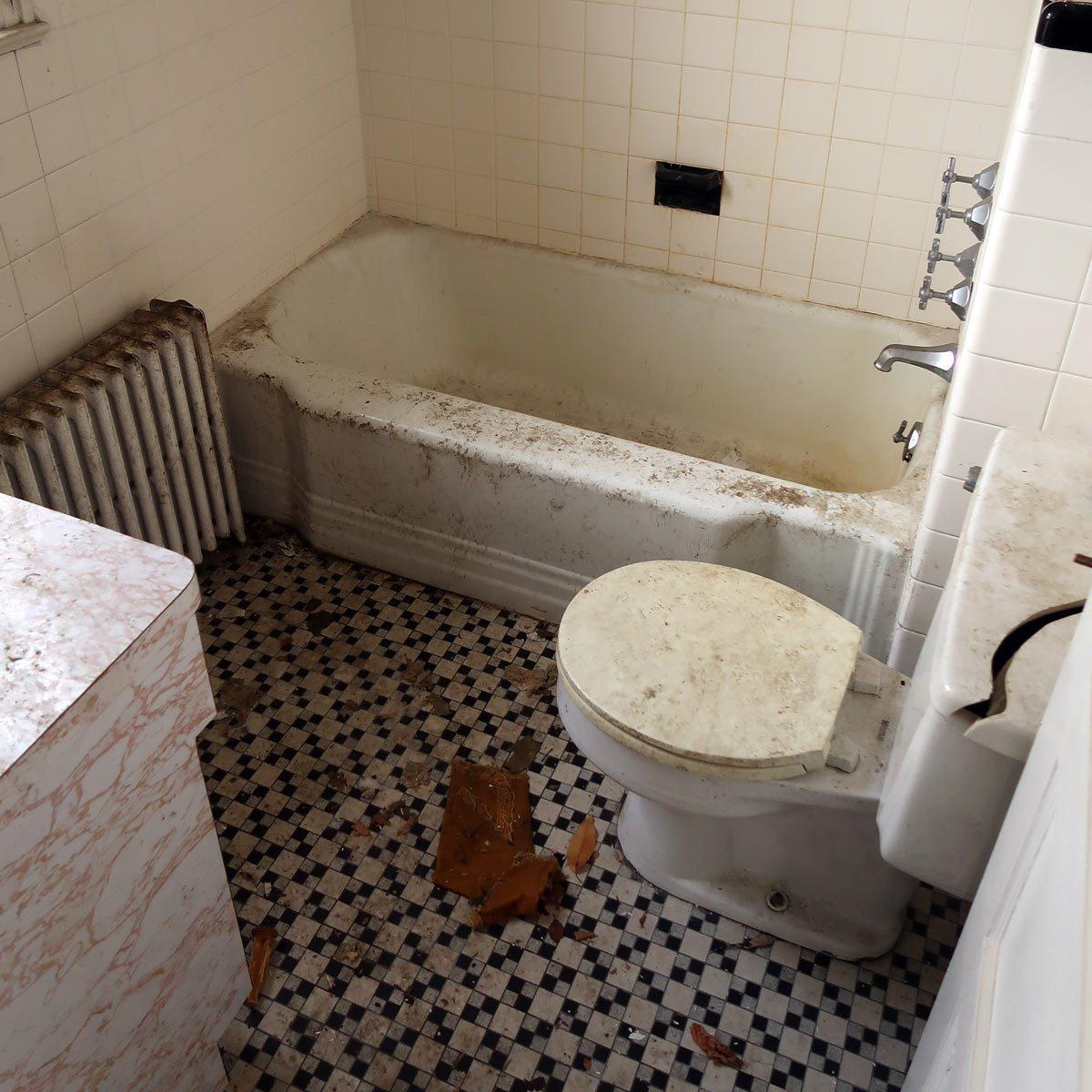Dirty-bathroom-in-an-abandoned-farmhouse